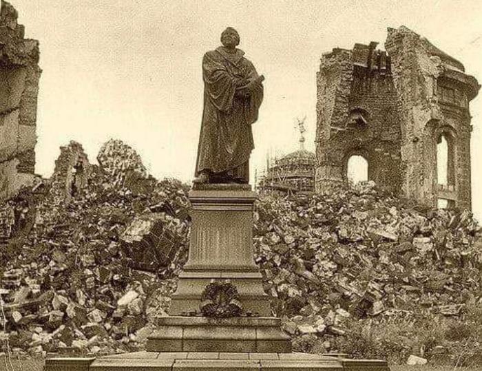 Lutera statuja nopostītajā Drēzdenē