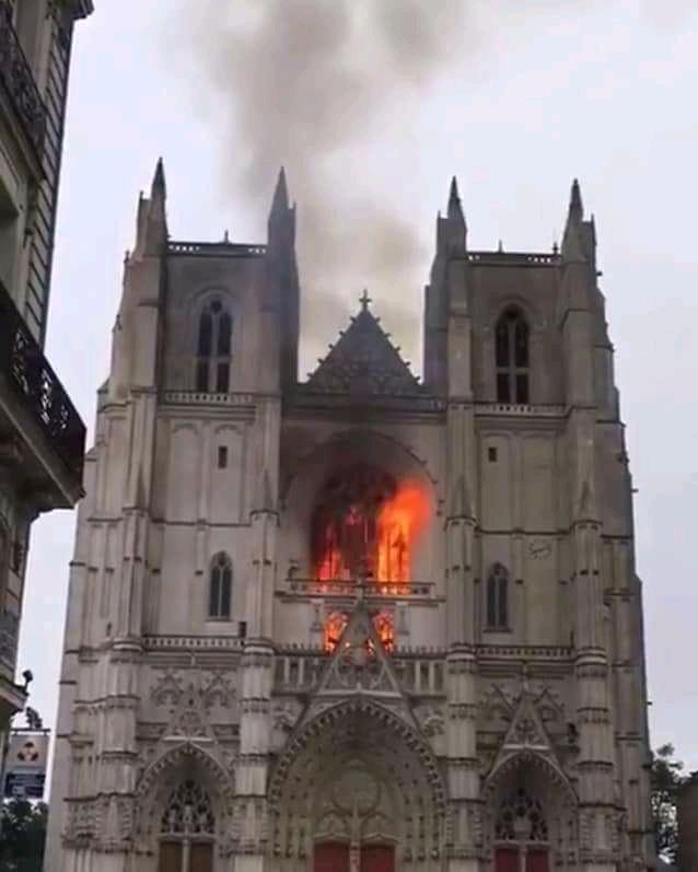 Atkal deg katoļu dievnams